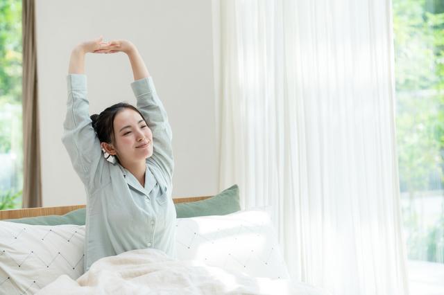 清潔な寝具で快眠した女性