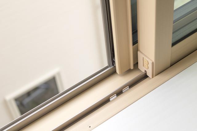 窓のレール部分