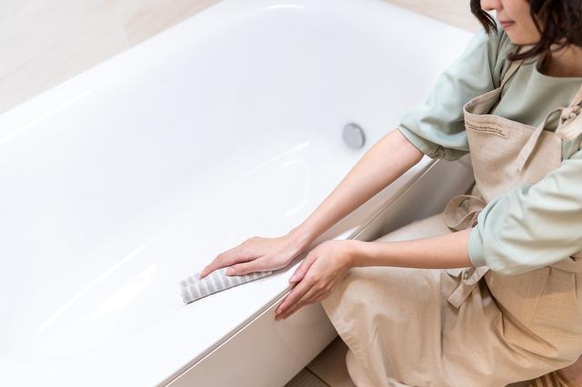 浴槽内を掃除する女性