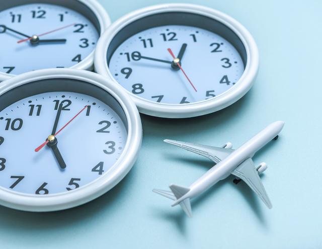 飛行機での移動には時間もお金もかかることを表すイメージ