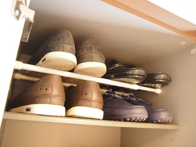 つっぱり棒を使って工夫された靴箱の中