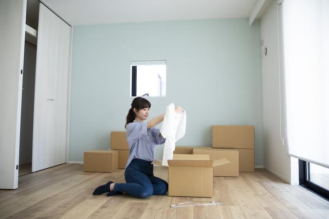 新居で荷ほどきをする女性