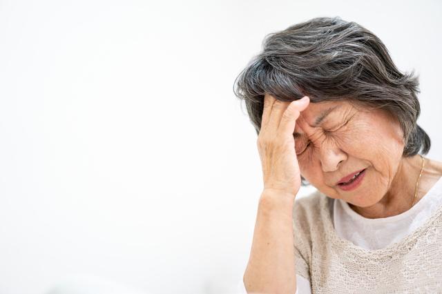 頭痛に悩む女性の様子