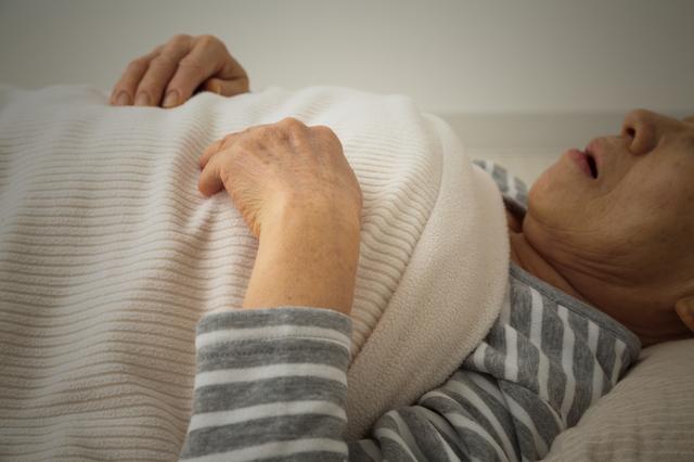熱中症により寝込む女性