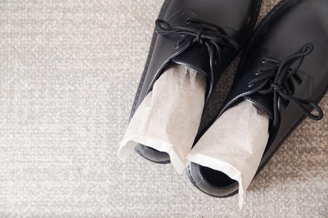 しばらく収納しておく靴にも乾燥剤を入れておきましょう