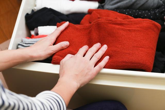 衣服を収納している様子