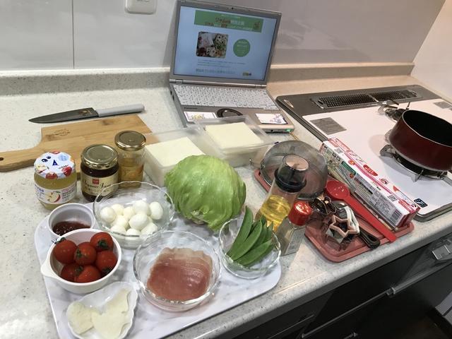 自宅でオンライン料理教室受講のために準備している様子