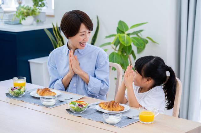 一緒に食事をとる親子の様子