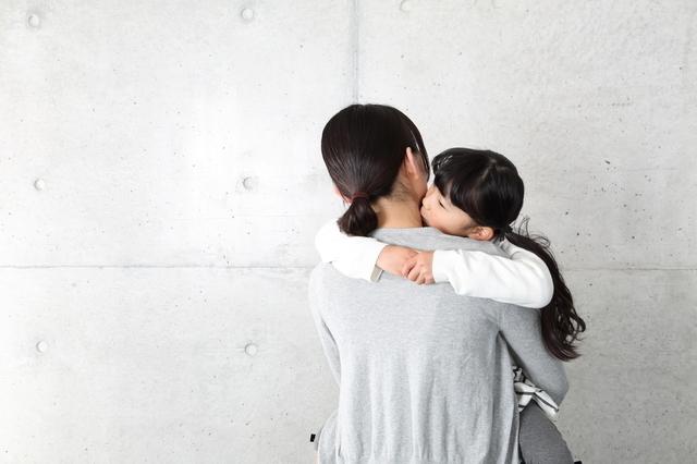 子を抱きしめる母親のイメージ