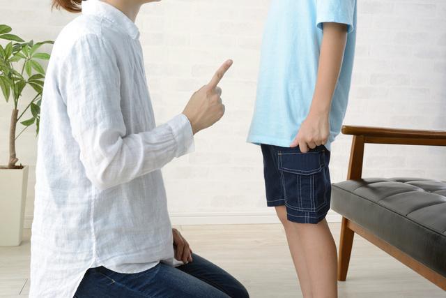 子を脅す親のイメージ