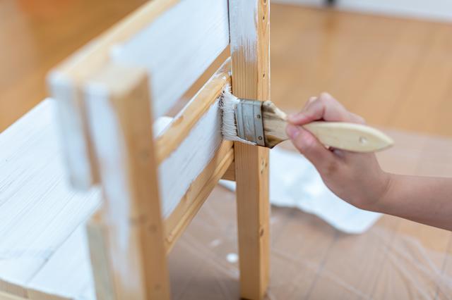 椅子のペンキを塗る
