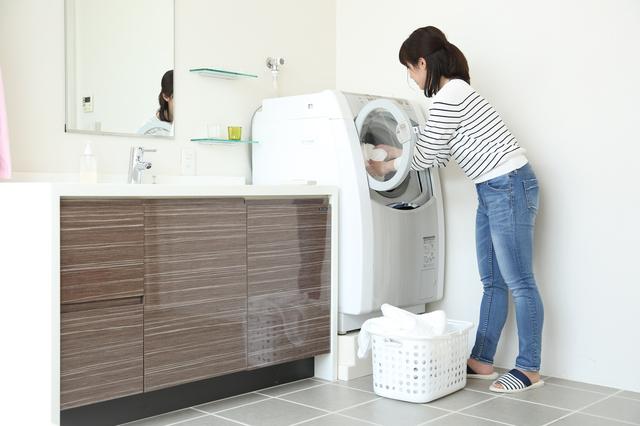 洗濯物を入れる人