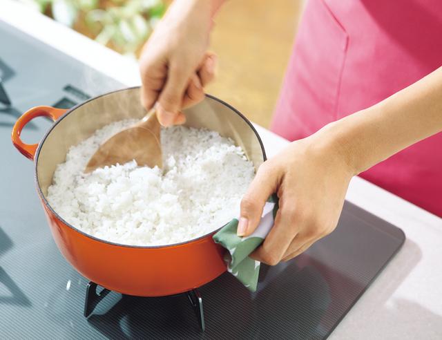 ご飯を鍋で炊く