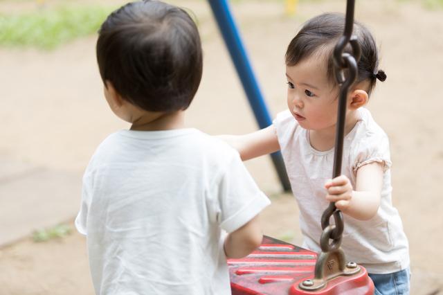 遊具で遊ぶ子ども