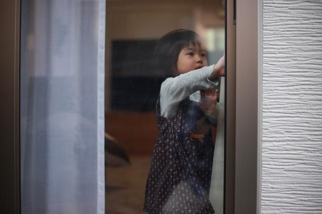 窓を開けようとする子ども