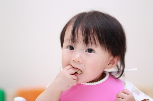 手づかみ食べする赤ちゃん