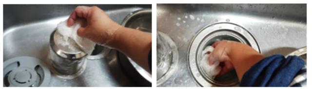 ラップスポンジで排水口を掃除する