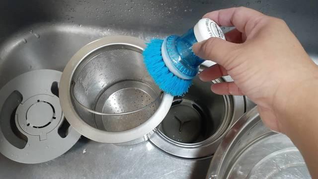排水口を掃除専用ブラシで掃除する