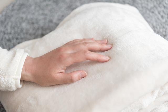 毛布に触れる