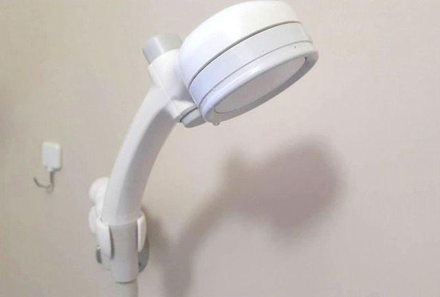 シャワーハンガーに掛かっているシャワーヘッド