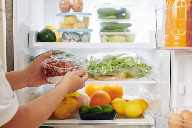 冷蔵庫にプチトマトをしまう