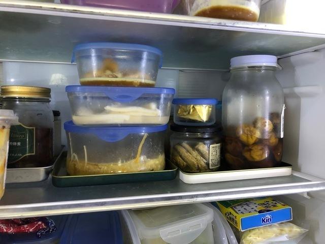 透明な容器に入れられた食品