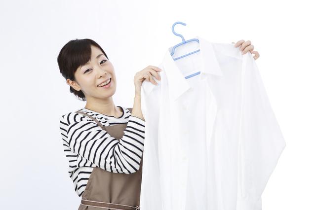 ワイシャツを干す女性