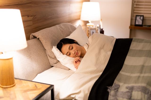 寝室で寝る人