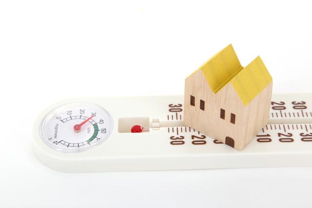 温湿度計と家のフィギュア