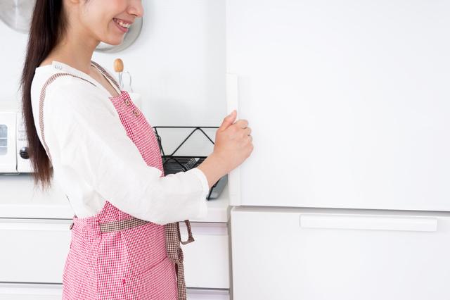 冷蔵庫を開ける人