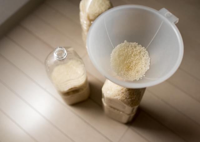 ペットボトルにお米を入れる