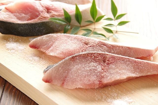 魚の切り身に塩を振る