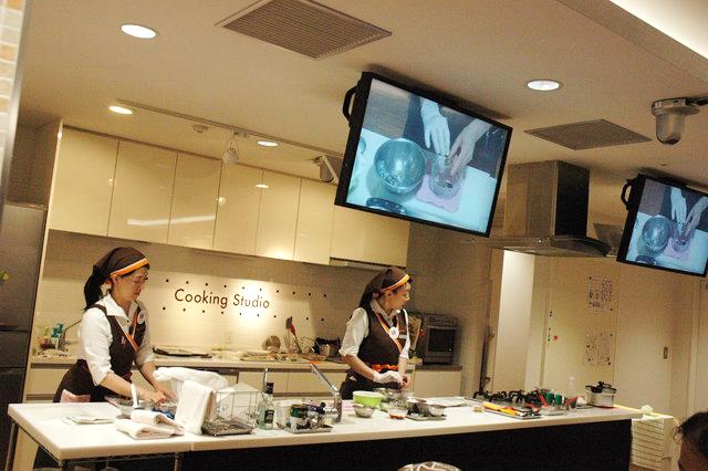 料理教室の様子・講師の方の説明