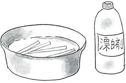 箸を漂白剤につける