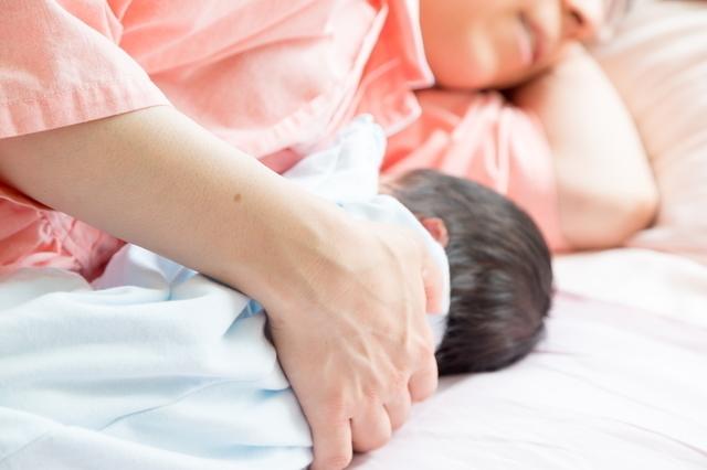 赤ちゃんと添い寝