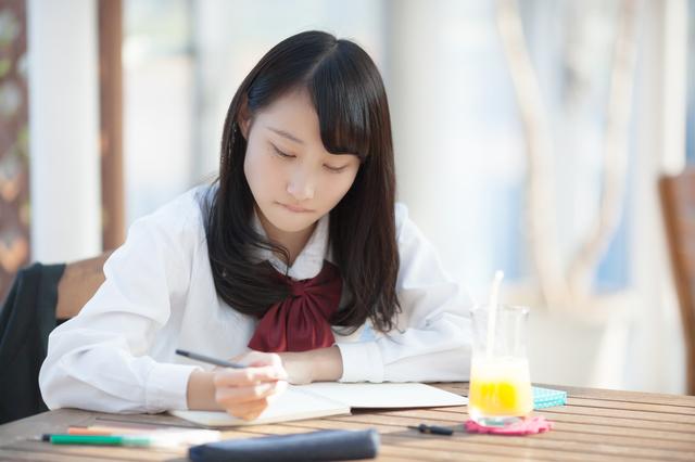外で勉強する女子生徒