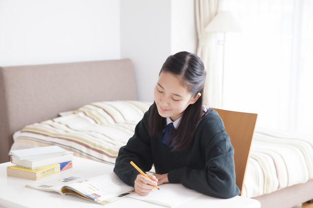 自室で勉強する女の子