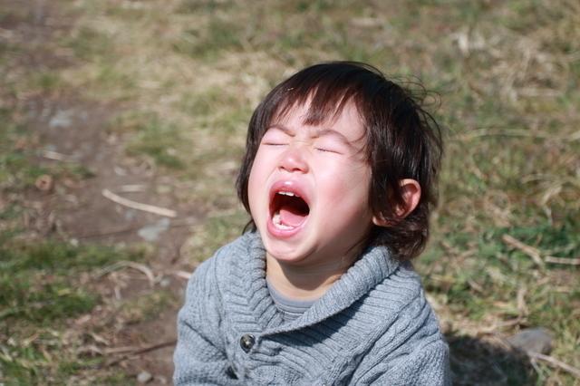 外で泣く子ども