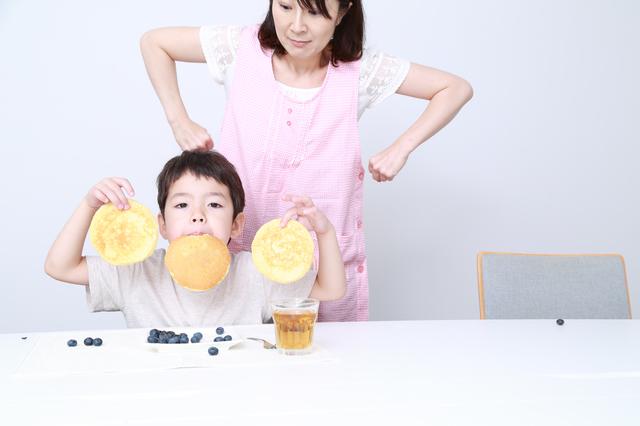 食べ物で遊ぶ子ども