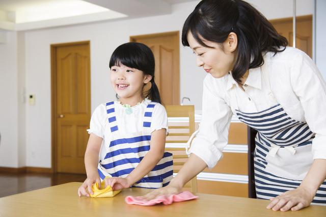 掃除の手伝いをする女の子