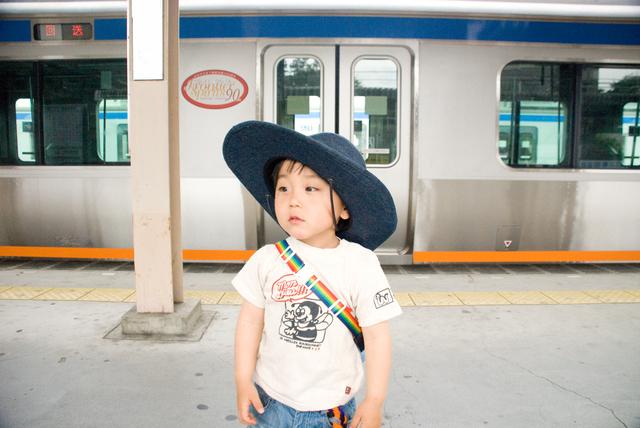一人で電車に乗る子ども