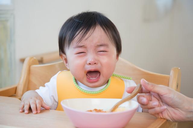食事中に泣く赤ちゃん