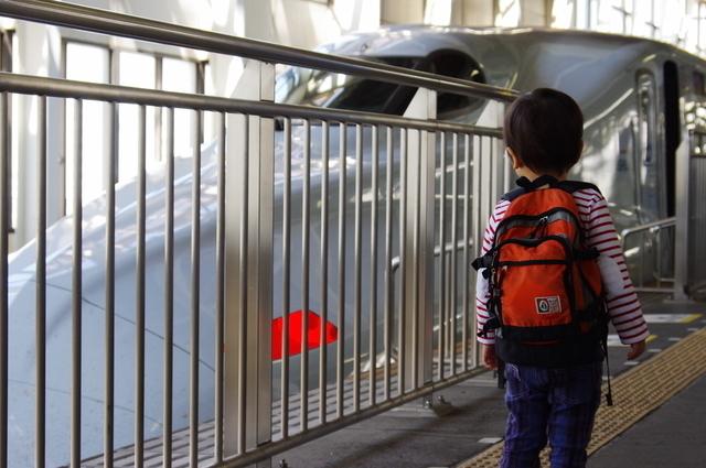 一人で新幹線に乗る子ども