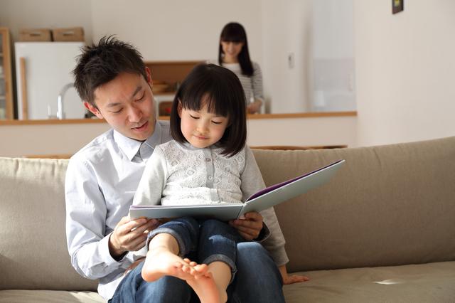 絵本を読む父子