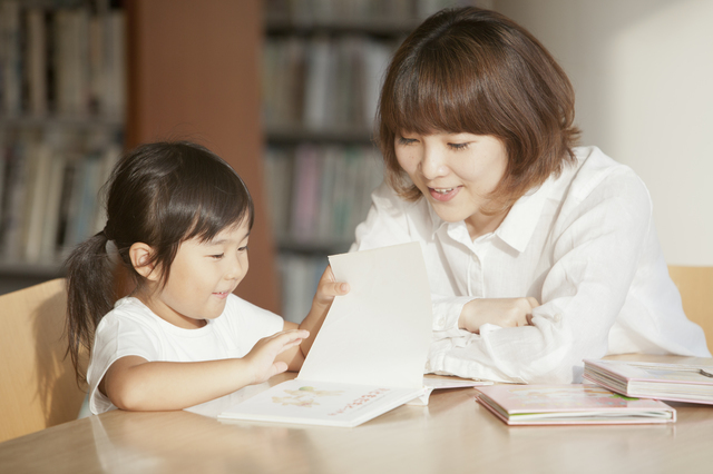 絵本を読む子ども