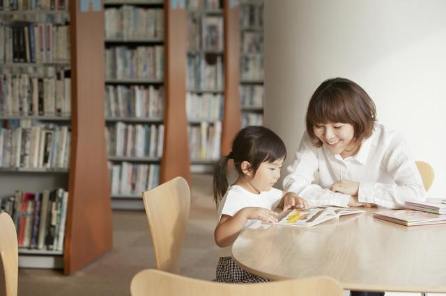 図書館で絵本を読む母子