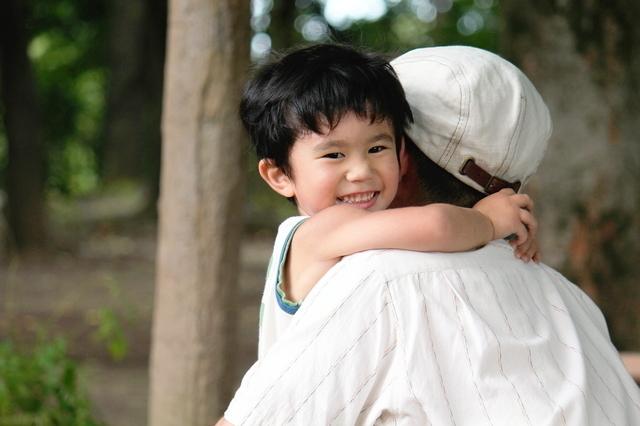 抱っこされる子ども