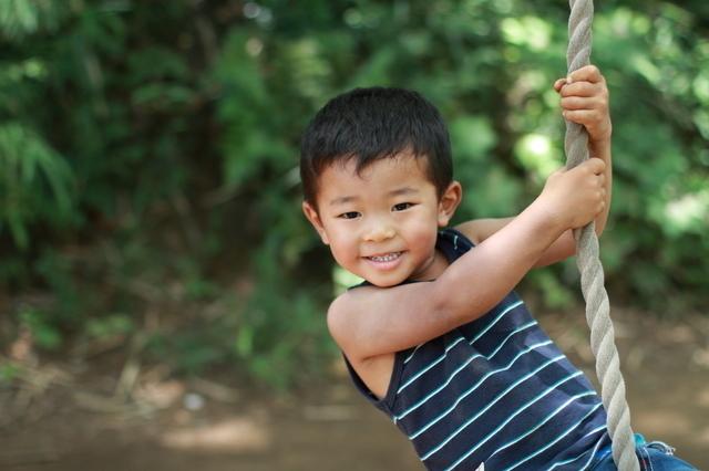 綱遊びをする子ども