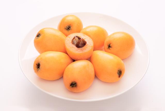 果物のびわ
