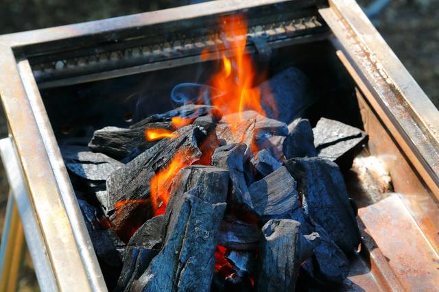火が着いた炭の上に、炭を積み上げる